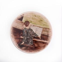 بشقاب دیوارکوب سرامیکی آرانیک مدل بانوی پیانو نواز قطر 20 کد 1000200145