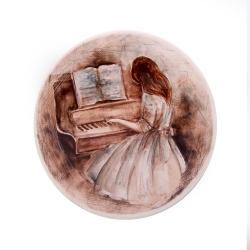 بشقاب دیوارکوب سرامیکی آرانیک مدل دختر پیانو نواز قطر 20 سانت کد 1000200144