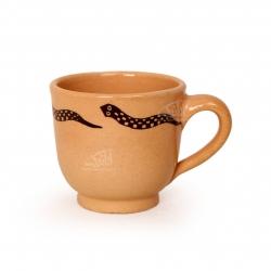 فنجان و نعلبکی سفالی نقاشی زیر لعابی قهوه ای روشن طرح خزنده مدل 1007800011
