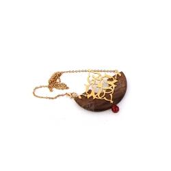 گردنبند دست ساز زنانه آرانیک مدل مشبک برنجی با قاب چوبی کد 1510500027