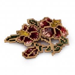 سنجاق سینه اره کاری برنجی با تزیین سوزن دوزی رنگ قرمز طرح گلناز مدل 1512400005